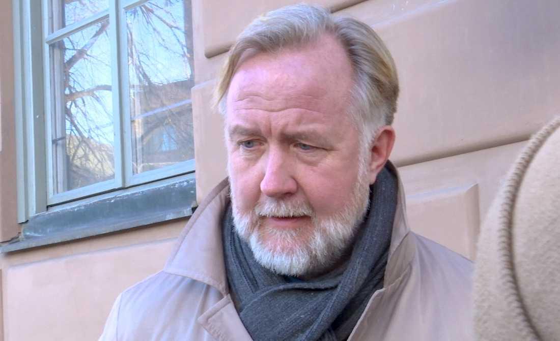 Johan Pehrson på väg in till ett möte med Liberalernas riksdagsgrupp och partistyrelse under lördagen Gamla stan.