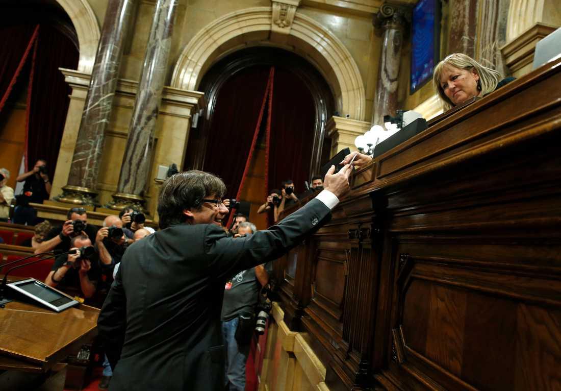 Kataloniens regionpresident Carles Puigdemont lägger sin röst.