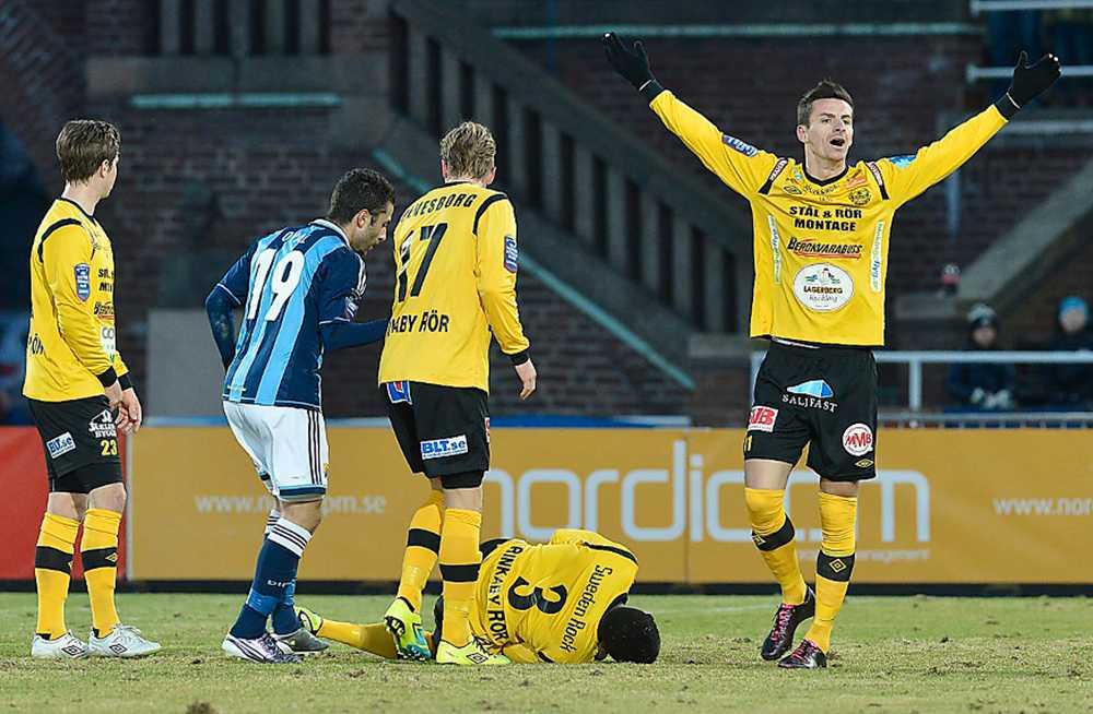 päron i publiken  Den allsvenska matchen mellan Djurgården och Mjällby 8 april avbröts sedan Mjällbyspelaren Gbenga Arokoyo träffats av ett inkastat päron. Mjällby tilldelades senare segern. Foto: JONAS EKSTRÖMER