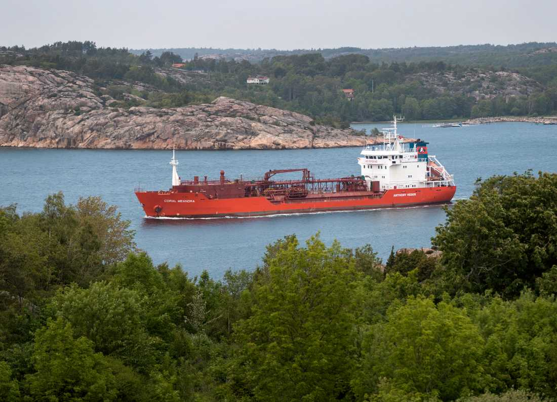 Preemraff ligger vid Brofjorden, norr om Lysekil och innanför Bohus Malmön. Tankfartyg med råolja på omkring 400000 ton kan tas in i hamnen. Här ses ett mindre fartyg, på väg ut mot havet med produkter från raffinaderiet.