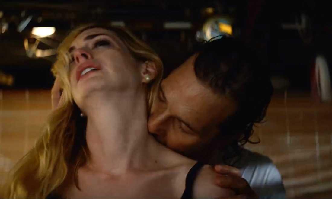 """Anne Hathaway och Matthew McConaughey i """"Serenity""""."""