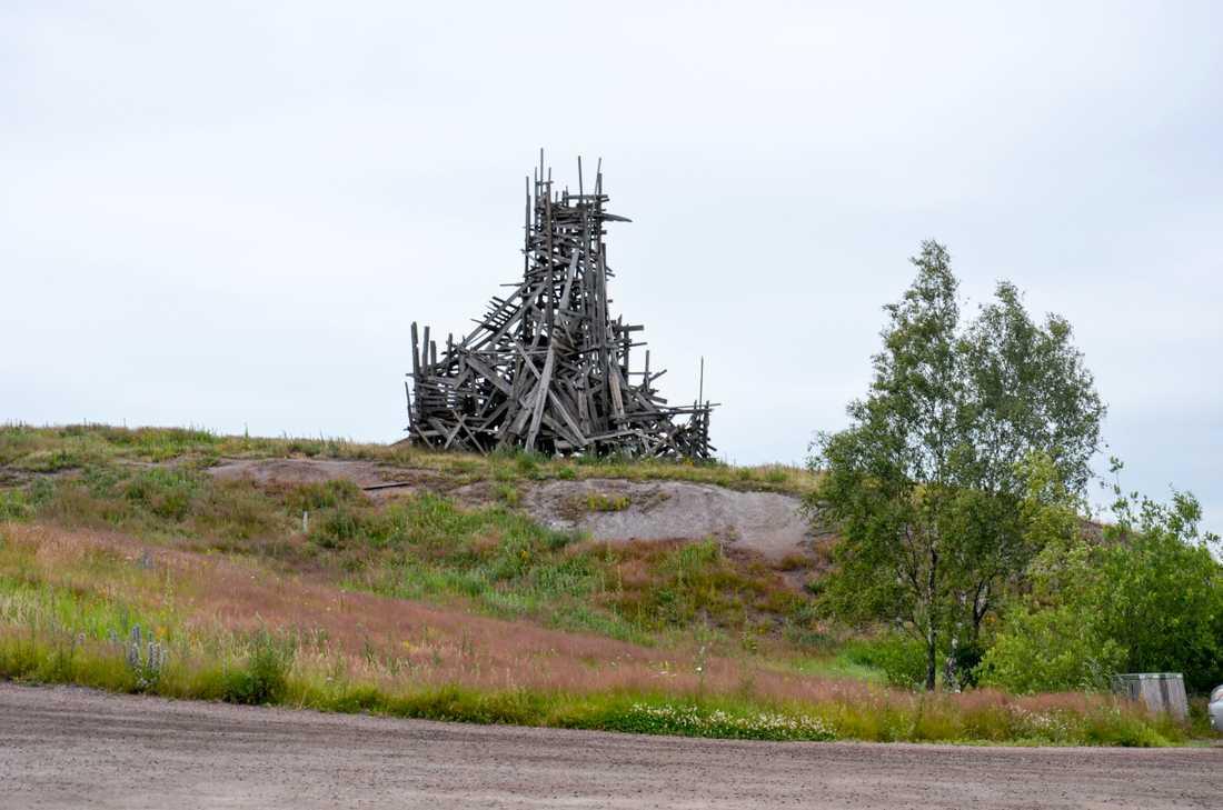 """Konstverket """"Waaaaall"""" uppfördes 1998. Nu har det bränts ner."""
