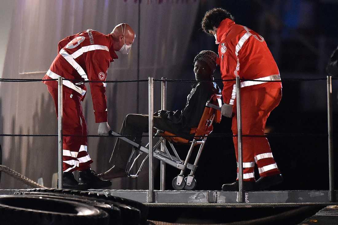 En av de 28 överlevarna från katastrofen tas om hand i Catanias hamn på Sicilien.