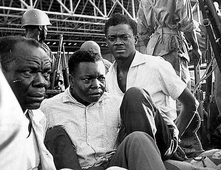 Kongos premiärminister Patrice Lumumba (till höger) greps tillsammans med två av sina ministrar. Alla tre avrättades för i dag 50 år sedan.