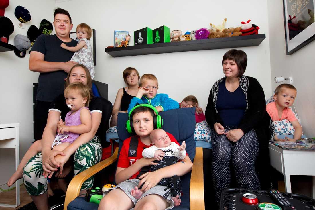 Familjen består av pappa Tomas och mamma Jenny Westman. Barnen Emma, 15, Elin, 14, Emelie, 12, Alexander, som fyller 11 år den 19 juni, Linnéa, 8 Hannah, 9, Emil, 6, Alice, 4, Sebastian, 3, Isabelle, 2, Michelle, 1, och Liam, 1 månad.