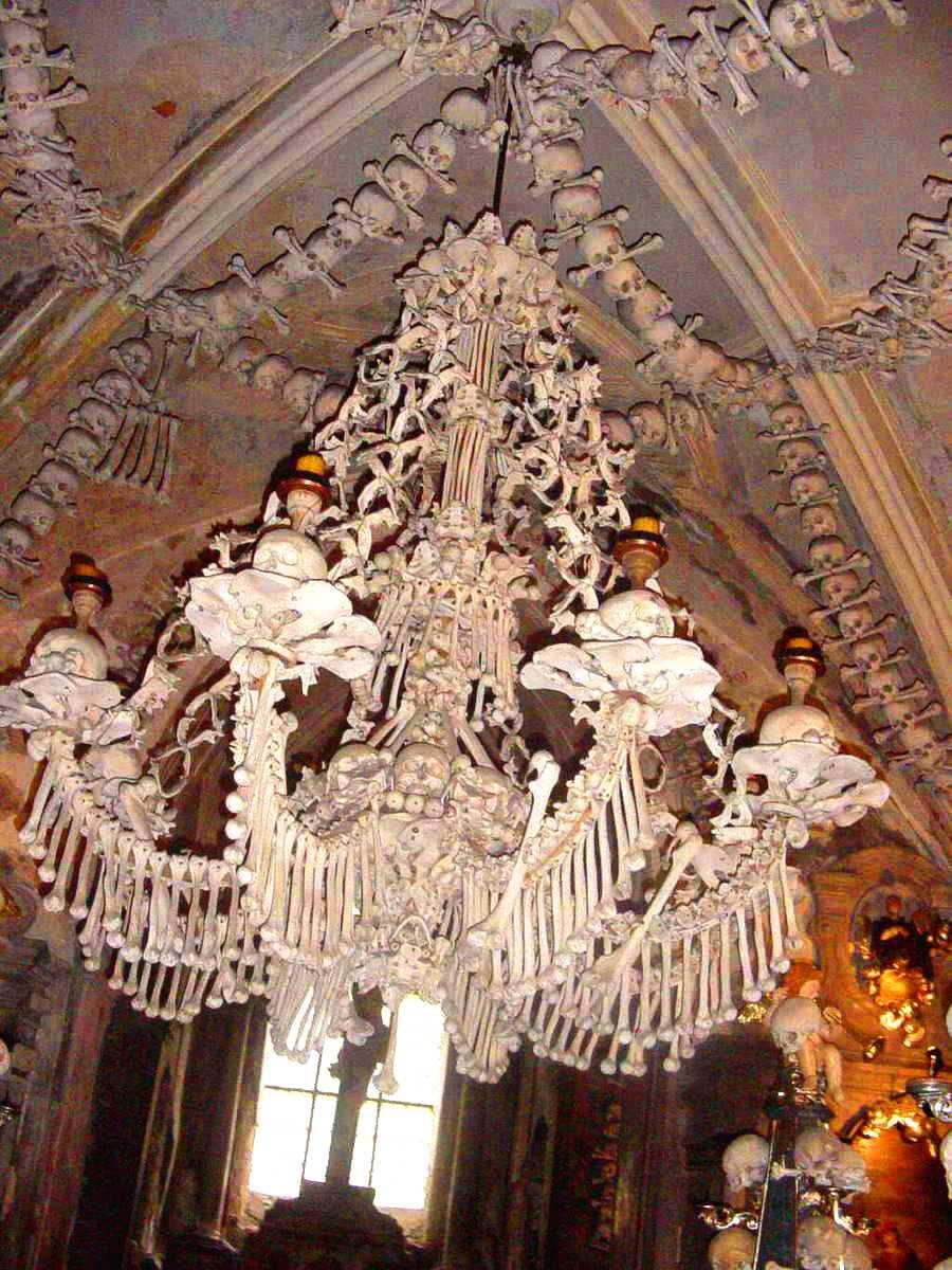 Benkronan i tjeckiska Sedlec hänger mitt i kapellet.