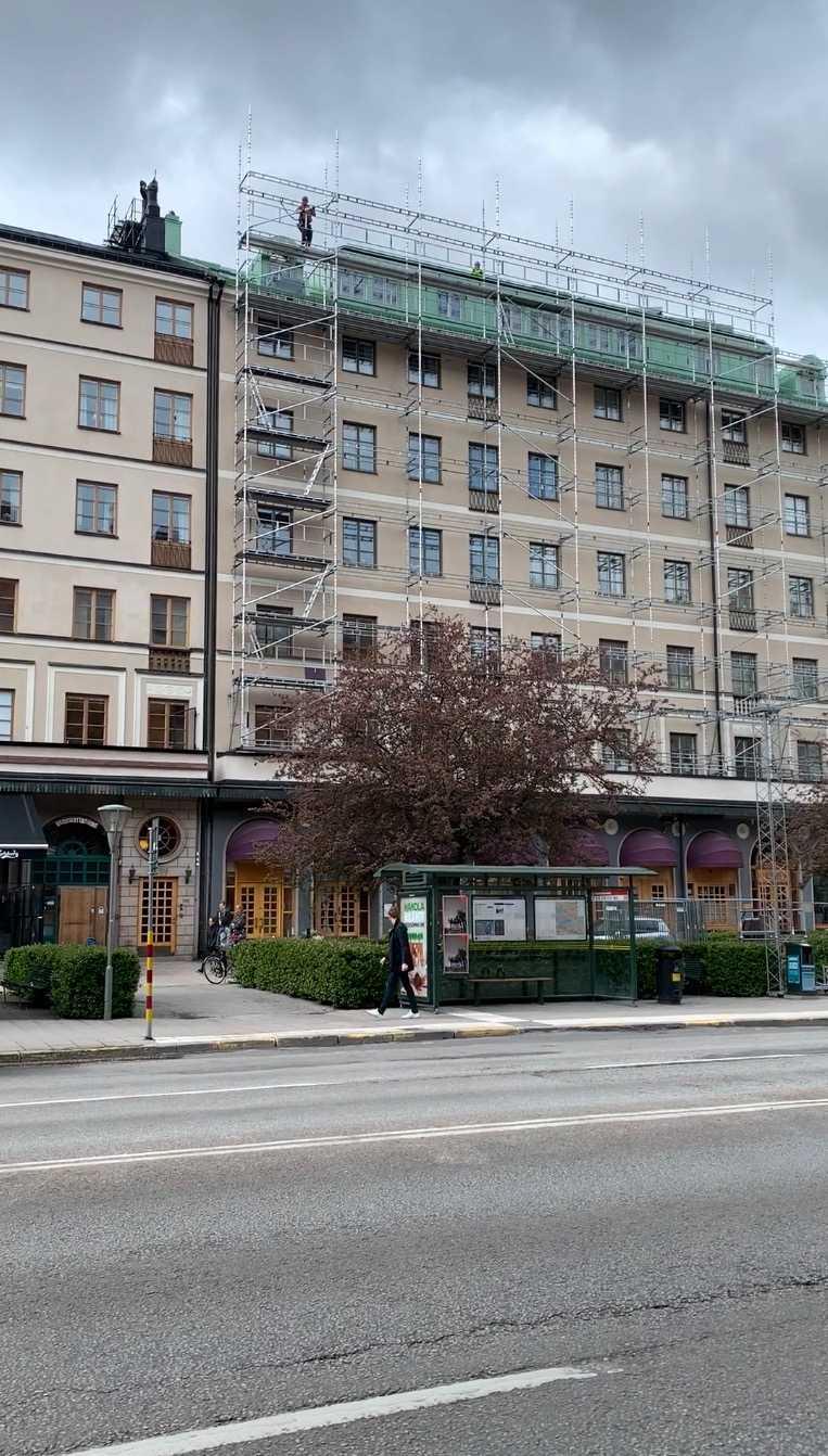 Byggställningen sattes under fredagen upp på Byggnads hus på Sveavägen i Stockholm.