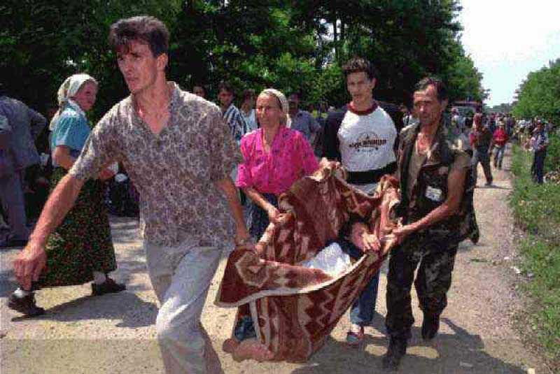 Bosniska muslimer flyr från staden Srebrenica där omkring 8 000 manliga invånare avrättades av serbiska styrkor 1995.