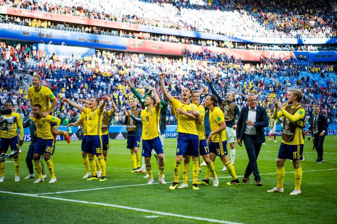 Svenska herrlandslaget i fotboll efter vinsten mot Schweiz.