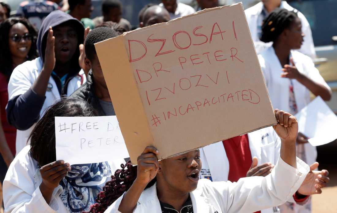 Zimbabwiska läkare och sjuksköterskor protesterar mot att ordföranden i en sjukhusläkarförening befaras ha kidnappats.