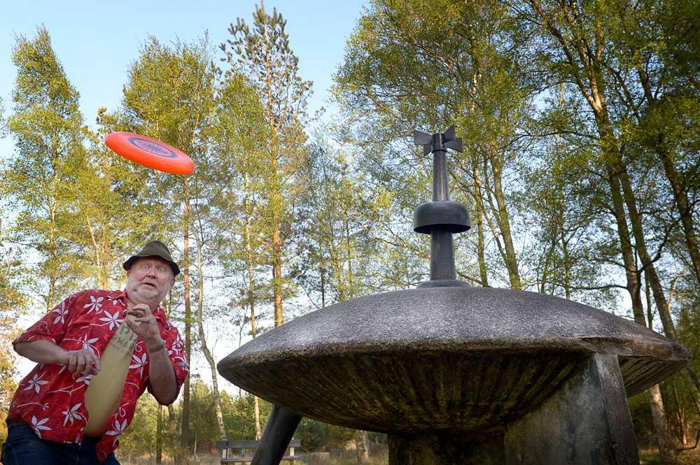 """FLYGANDE TEFAT Svante Lidén har spanat efter utomjordingar vid Gösta """"Pollenkungen"""" Carlssons ufo-monument i Sibirienskogen."""