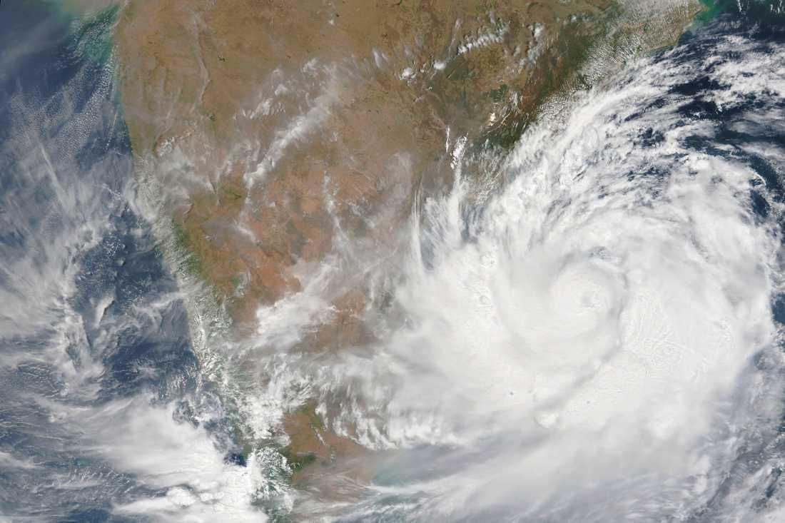 Cyklonen Fani rör sig mot Indien, här på satellitbild.