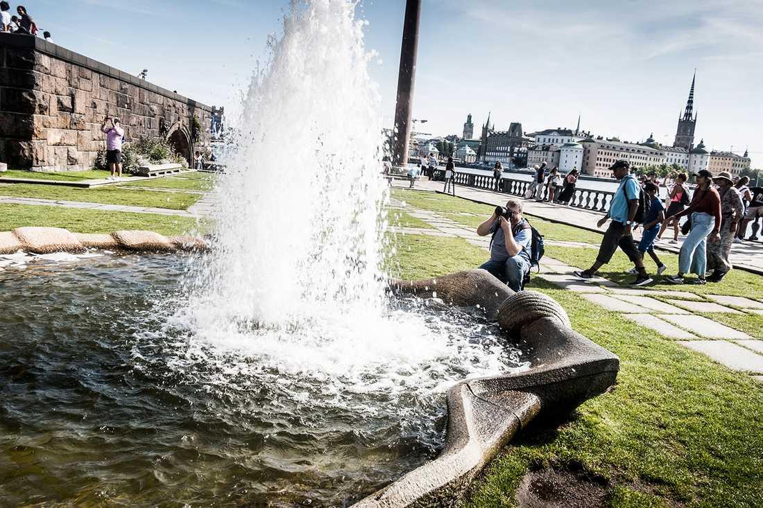 Turister vid Stockholms stadshus sommaren 2019.