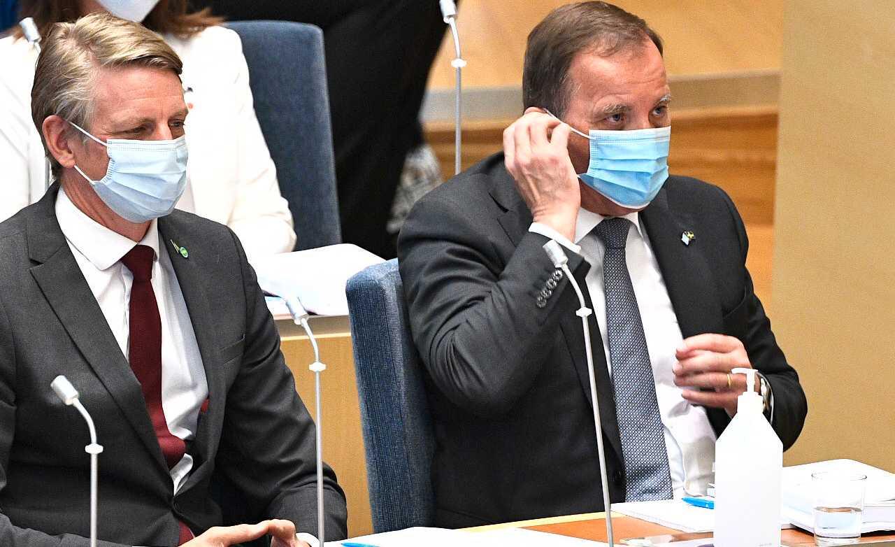 Per Bolund och Stefan Löfven lyssnar på när partiernas representanter motiverar sina röster i misstroendeomröstningen.