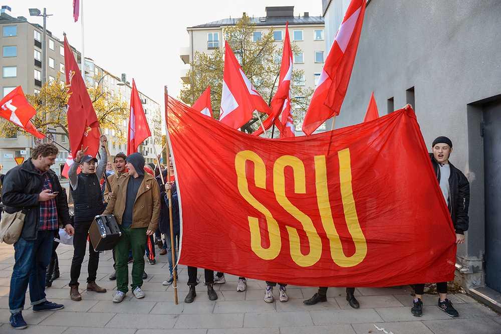 SSU viftar med flaggor.