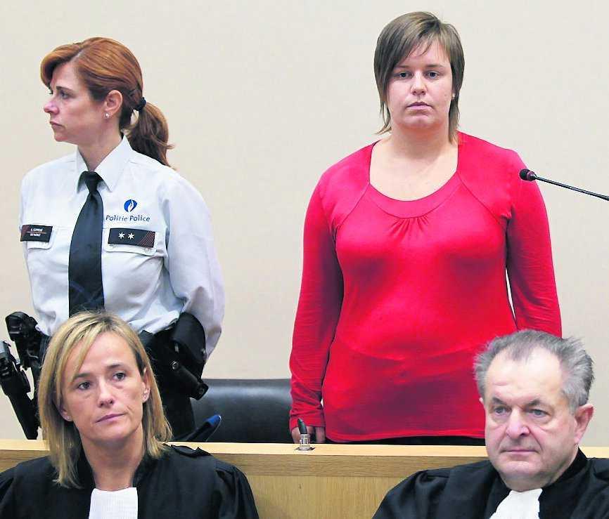 Åtalas för mord Els Clottermans, 26, tros ha mördat sin väninna och kärleksrival, Els Van Doren, 38, genom att sabotera hennes fallskärm.