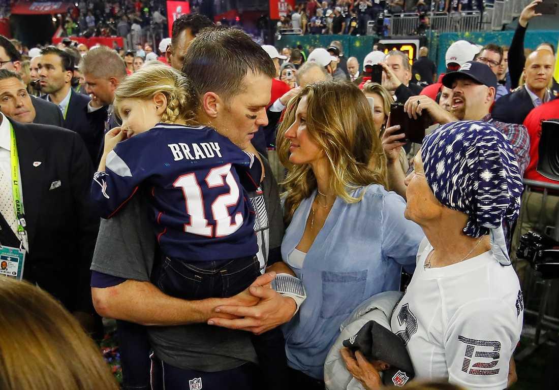 Tom Brady firade segern med sin familj, frun Gisele Bundchen och dottern Vivian Brady, och tillägnade segern sin sjuka mamma (längst till höger).