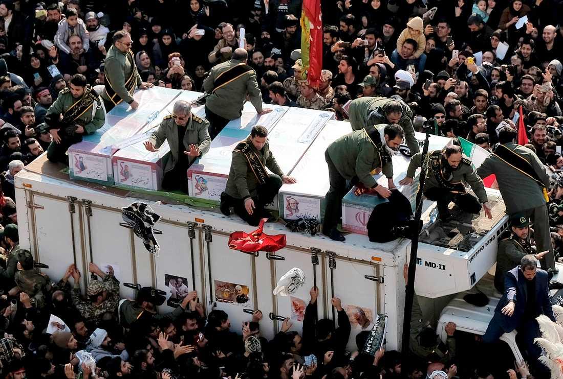Kistorna med Qassem Soleimani och de andra som dödades i attacken förs fram på en lastbil under ceremonin i Teheran, måndagen 6 januari.