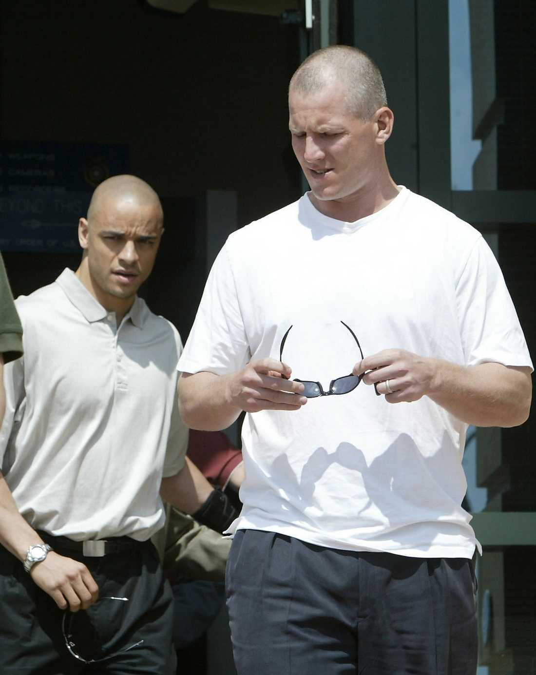 Lagkamraten Keith Tkachuk (mitten) besöker rättegången.
