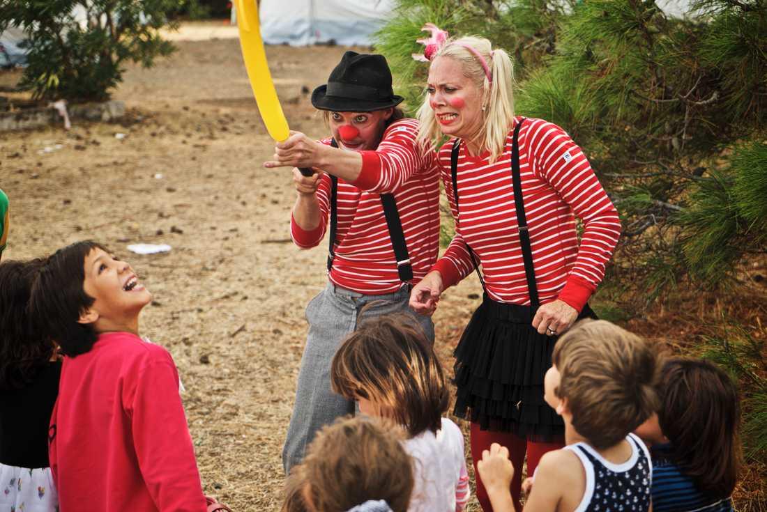 Michael Jonsson och Desiree Holmqvist uppträder för barn på Lesbos.