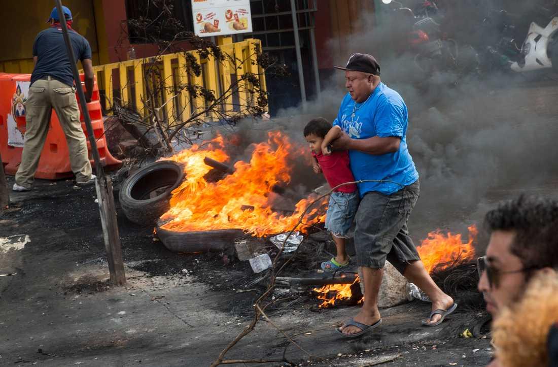 Anhängare vänsterpolitikern och tv-stjärnan Nasralla blockerade vägar och tände eld på bildäck i huvudstaden Tegucigalpa.