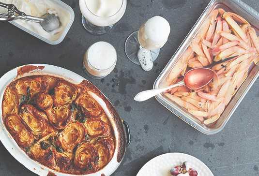 Är brödpudding med rabarber den bästa desserten? Prova och njut.