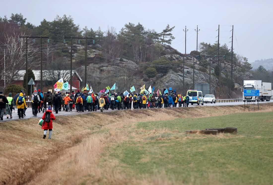 Demonstranter från bland annat Extinction Rebellion demonstrerade i samband med rättegången i Mark- och miljööverdomstolen gällande Preems planer på utbyggnad i Lysekil i mars. Arkivbild.