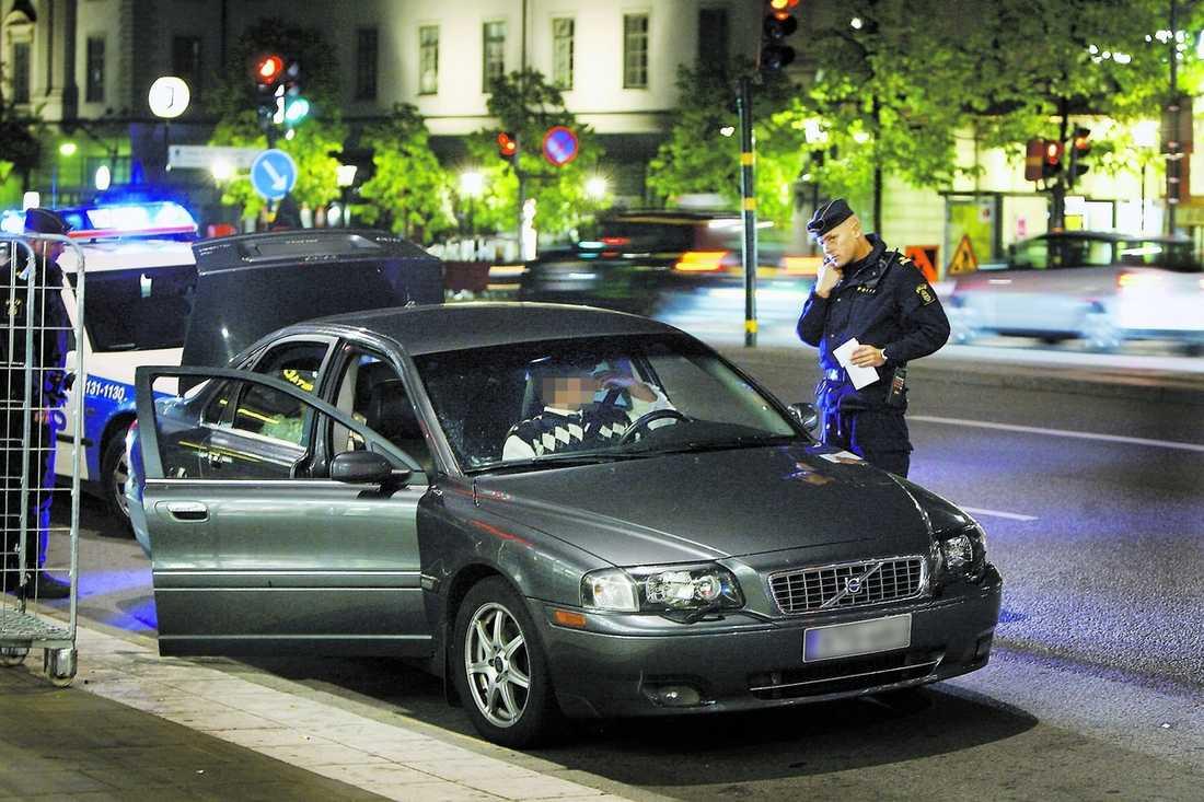 femte gången Kristoffer Samsing och Marcus Larsson stoppar den 18-årige mannen. Det är femte gången polisen kommer på honom med att köra bil, trots att han saknar körkort. Bilen tas i beslag och forslas bort.
