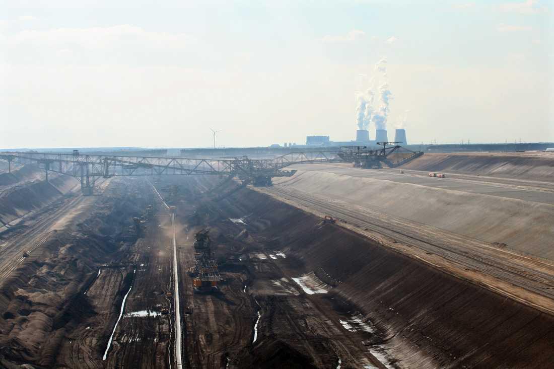 Kolbrottet Welzom-Süd, Brandenburg i Tyskland. Vid horisonten syns kraftverket Jänschwalde.