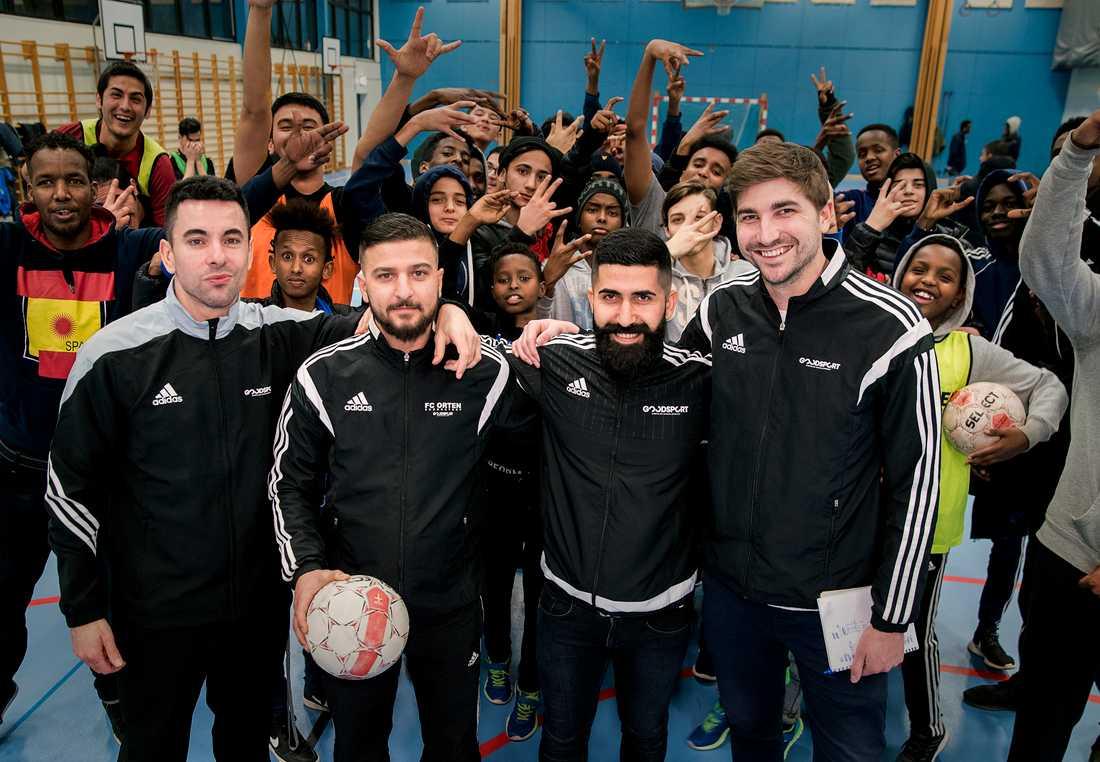 Hamma Mohammedian och Anton Juholt – till vänster – ihop med två andra lokala ledare: Roni Lindberg och Yaser Al-Hafoud.