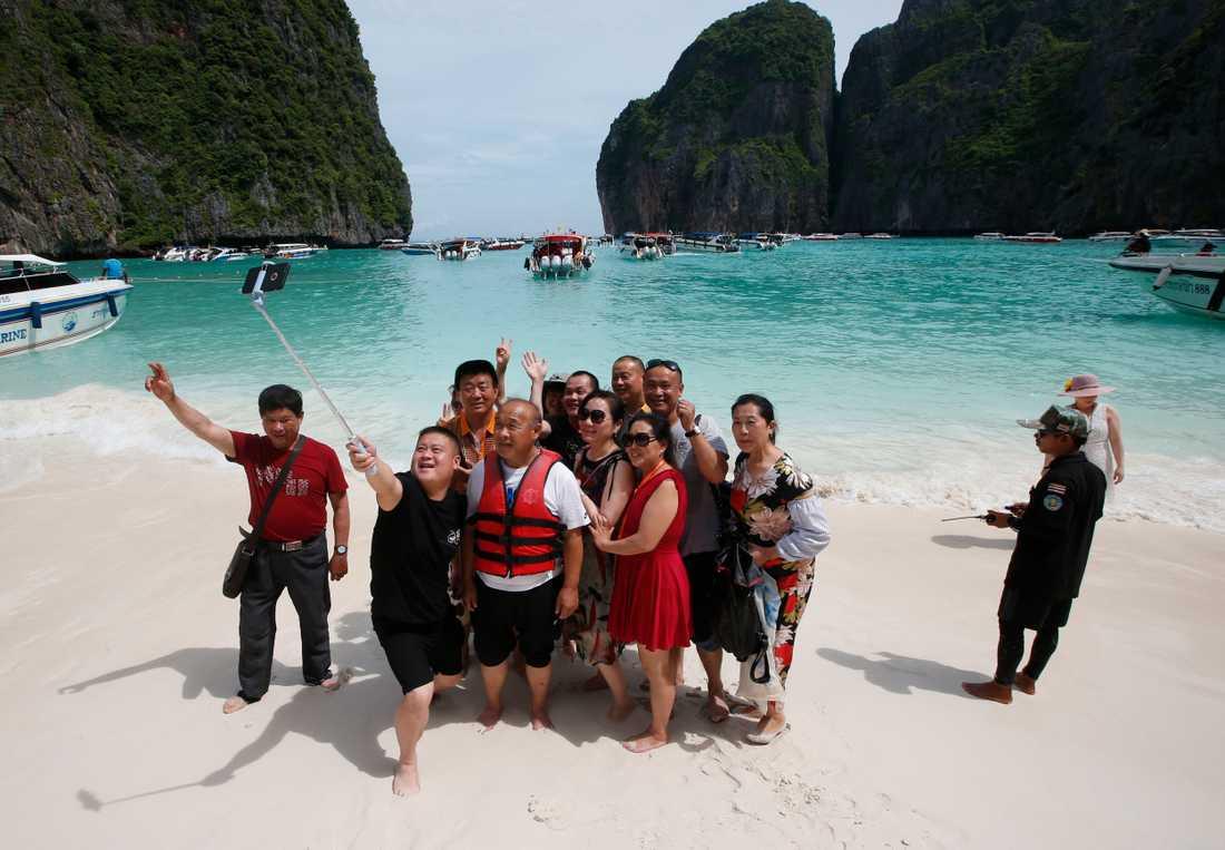 Turister tar selfies på Maya Bay-stranden. Arkivbild.