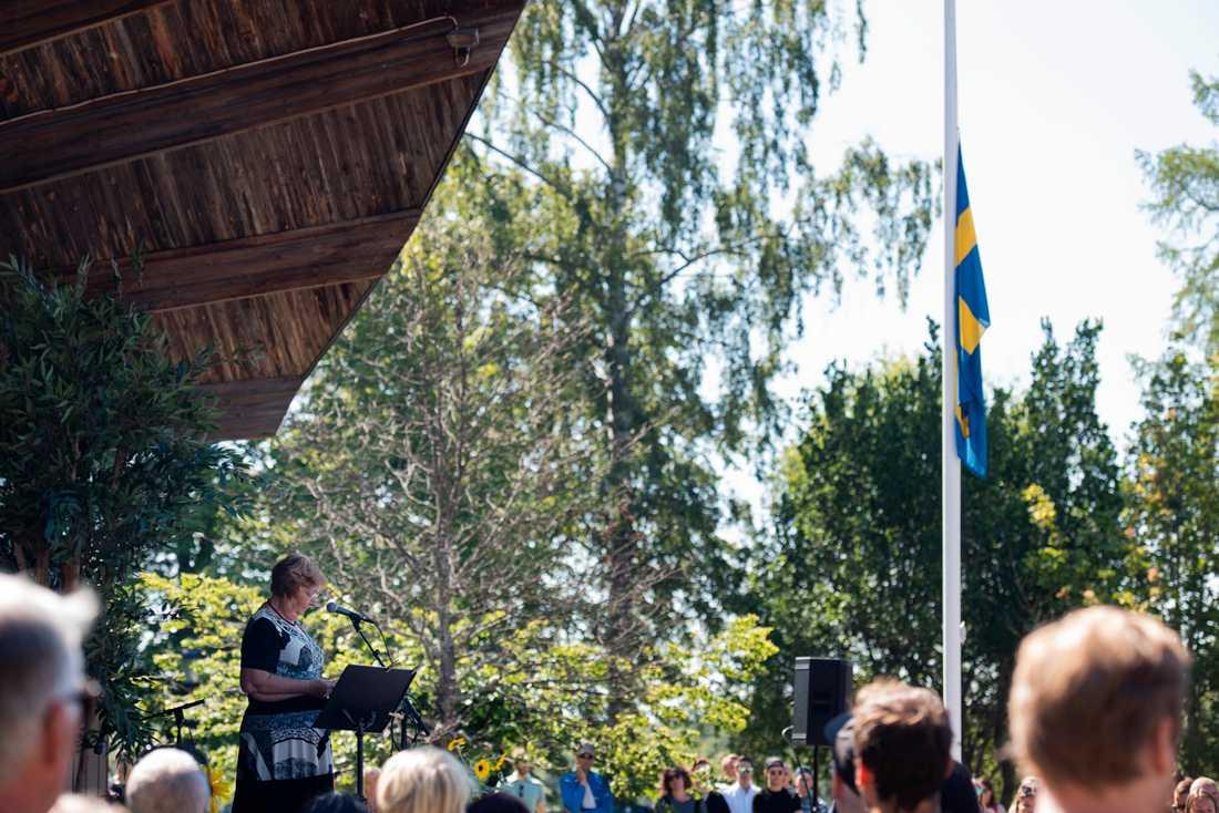 Landshövding Magdalena Andersson håller ett tal under en minnesceremoni.