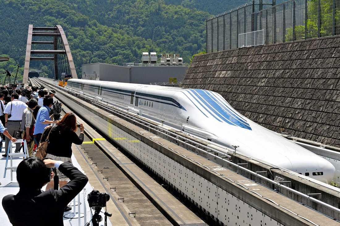 """Nya magnettåget """"L0"""" visades upp på en testbana i Japan i dag. När det tas i trafik 2027 kommer restiden mellan Tokyo och Nagoya att kortas från 90 till bara 40 minuter."""