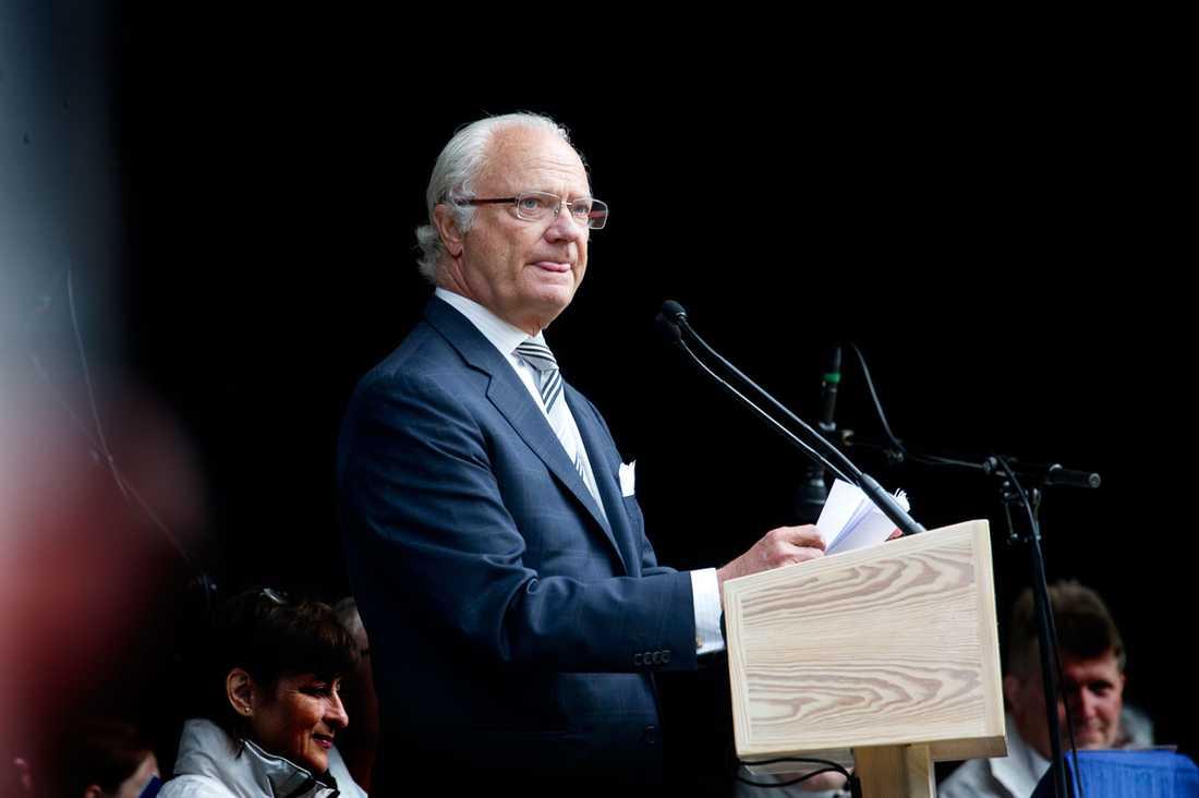 Kungen har de senaste dagarna bemött pressens frågor om Anders Lettström med tystnad.