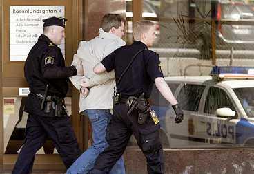 """3. Polisbilen väntar. Åklagare beslutar att 40-åringen ska anhållas. Han är misstänkt för försök till grovt rån. """"Han medger inte brottsrubriceringen och har förklarat vad han anser att han gjort inne på banken"""", säger jourkommissarie Anders Petersson."""