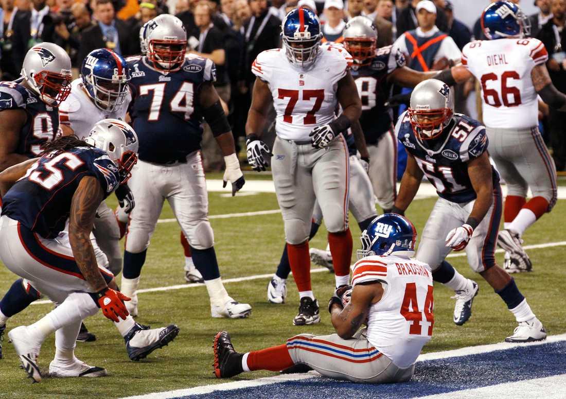 Ahmad Bradshaw avgjorde efter att Patriots beslutat att låta Giants göra touchdown i slutet för att få tillbaka bollen och kunna ha en chans att hinna i kapp. Men Bradshaw hann inte avvärja sin touchdown och satte sig ner i endzone med rumpan först.