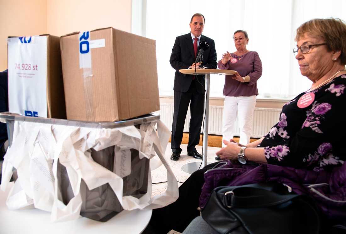 Stefan Löfven och PRO:s ordförande Christina Tallberg som lämnade knappt 75 000 namnunderskrifter i protest mot låga pensioner.