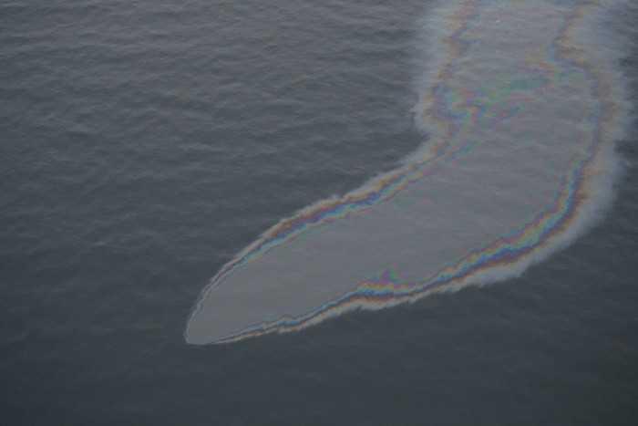 Oljeustläpp från fartyget Finnbirch som sjönk utanför Öland 2006. Efter en operation som kostat 11,5 miljoner kronor tros läckaget vara stoppat. Arkivbild.