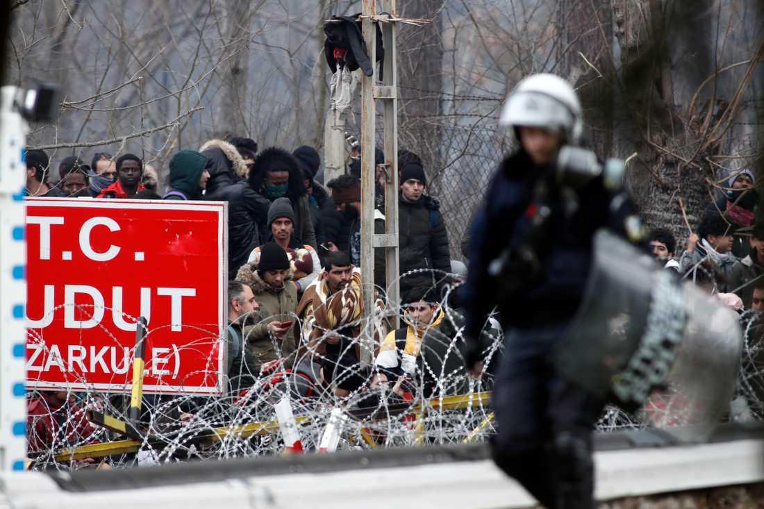 Grekisk polis patrullerar en gränspostering i Kastanies.