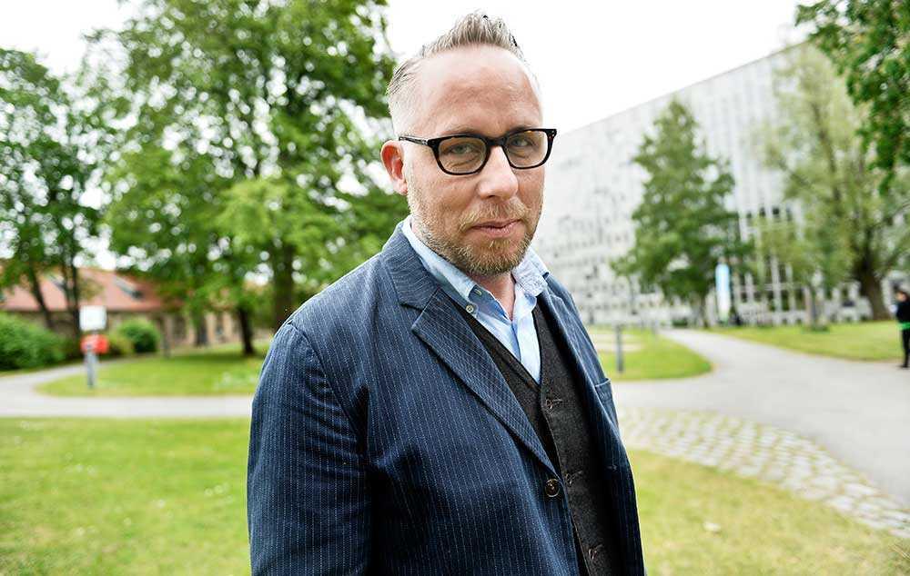 """I den nya tv-serien """"Resten av Sverige"""" reser journalisten Po Tidholm runt och tar tempen på den allt glesare svenska glesbygden."""