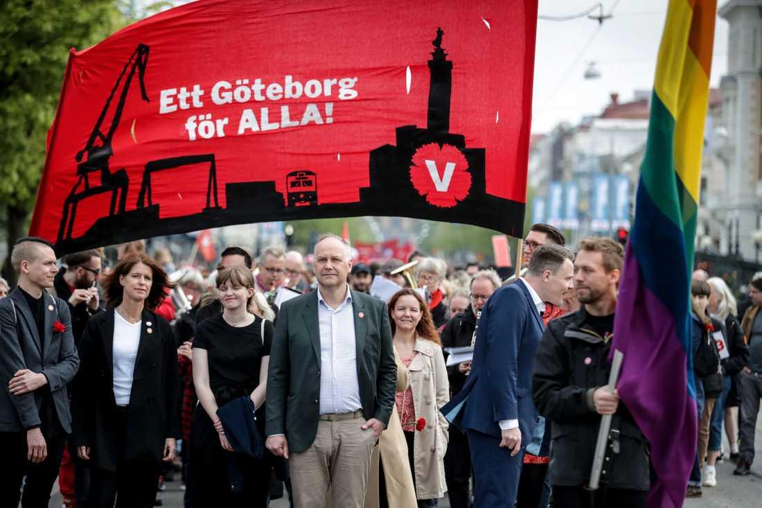 Vänsterledaren Jonas Sjöstedt i spetsen för partiets förstamajtåg i Göteborg. Sjöstedt hotade med att inte backa för ett nyval, om regeringen lägger förslag till riksdagen om marknadshyror och sämre anställningstrygghet.