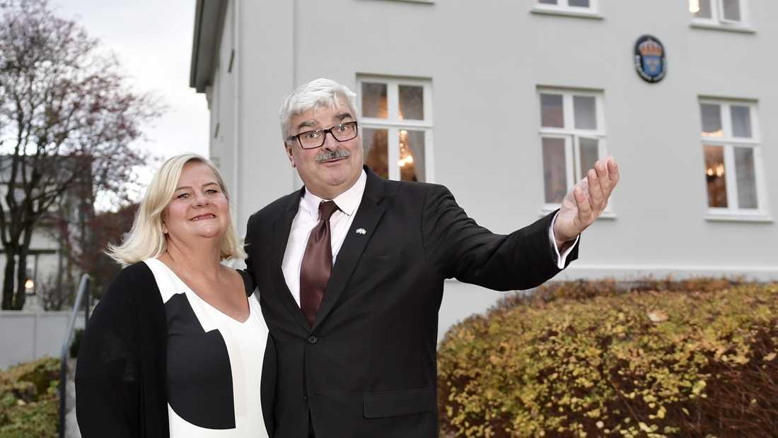 Håkan Juholt lämnas ambassadörsposten. Här tillsammans med sin hustru Åsa utanför residenset i Reykjavik. Arkivbild.
