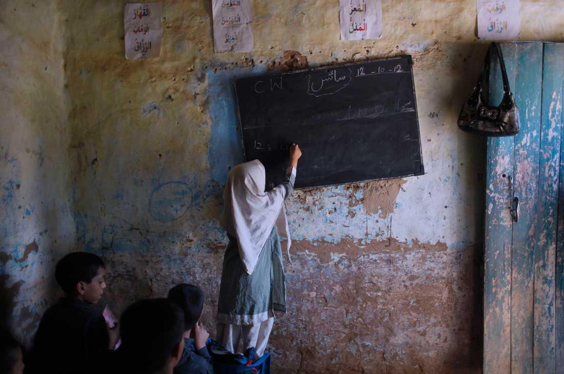 En flicka i Pakistan får undervisning. Över 250 miljoner barn i världen saknade under 2018 tillgång till skolor. Arkivbild.