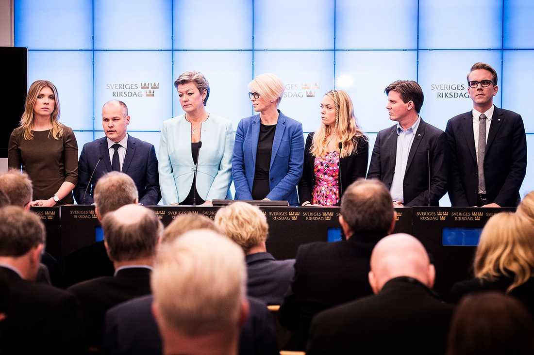 Magda Rasmusson (MP), Morgan Johansson (S) justitieminister, Ylva Johansson (S), Elisabeth Svantesson, politiker (M) Sverige, Johanna Jönsson (C), Erik Ullenhag (FP) och Andreas Carlson (KD) vid presskonferens om migrationsöverenskommelsen tidigare i november.