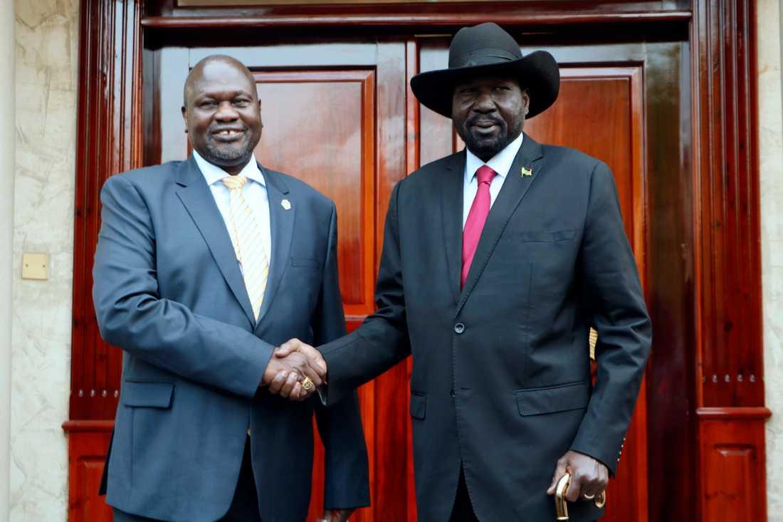 Riek Machar, till vänster, tar Sydsudans president Salva Kiir i hand under deras möte i Juba i måndags.