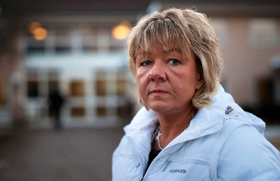 """BORTSPARAD Jaana Poikolainen blev omplacerad. Enligt kommunen var hon för kort för jobbet som personlig assistent. """"Det känns kränkande, för jag har gjort ett bra jobb"""", säger Jaana."""