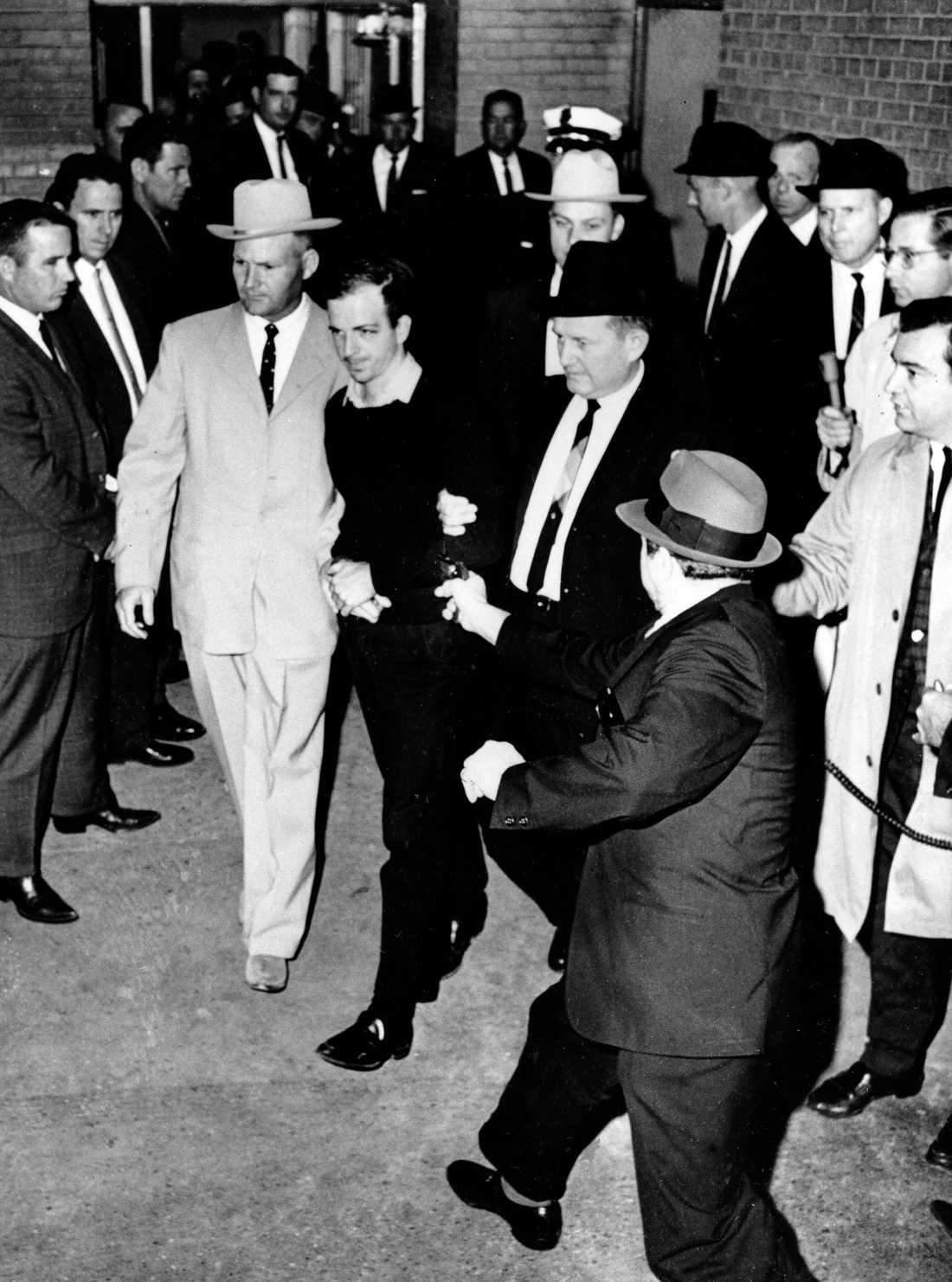Lee Harvey Oswald skjuts av nattklubbsägaren Jack Ruby i polishuset i Dallas.