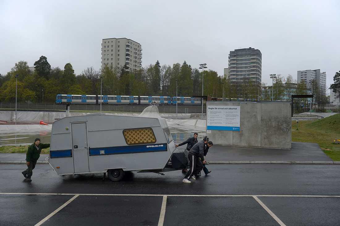 En husvagn rullas iväg av de boende.