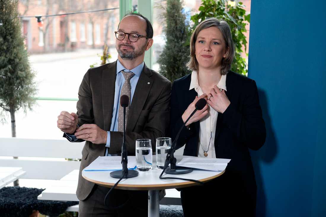 Infrastrukturminister Tomas Eneroth (S) och miljöminister Karolina Skog (MP) om hur miljözonerna ska utformas.