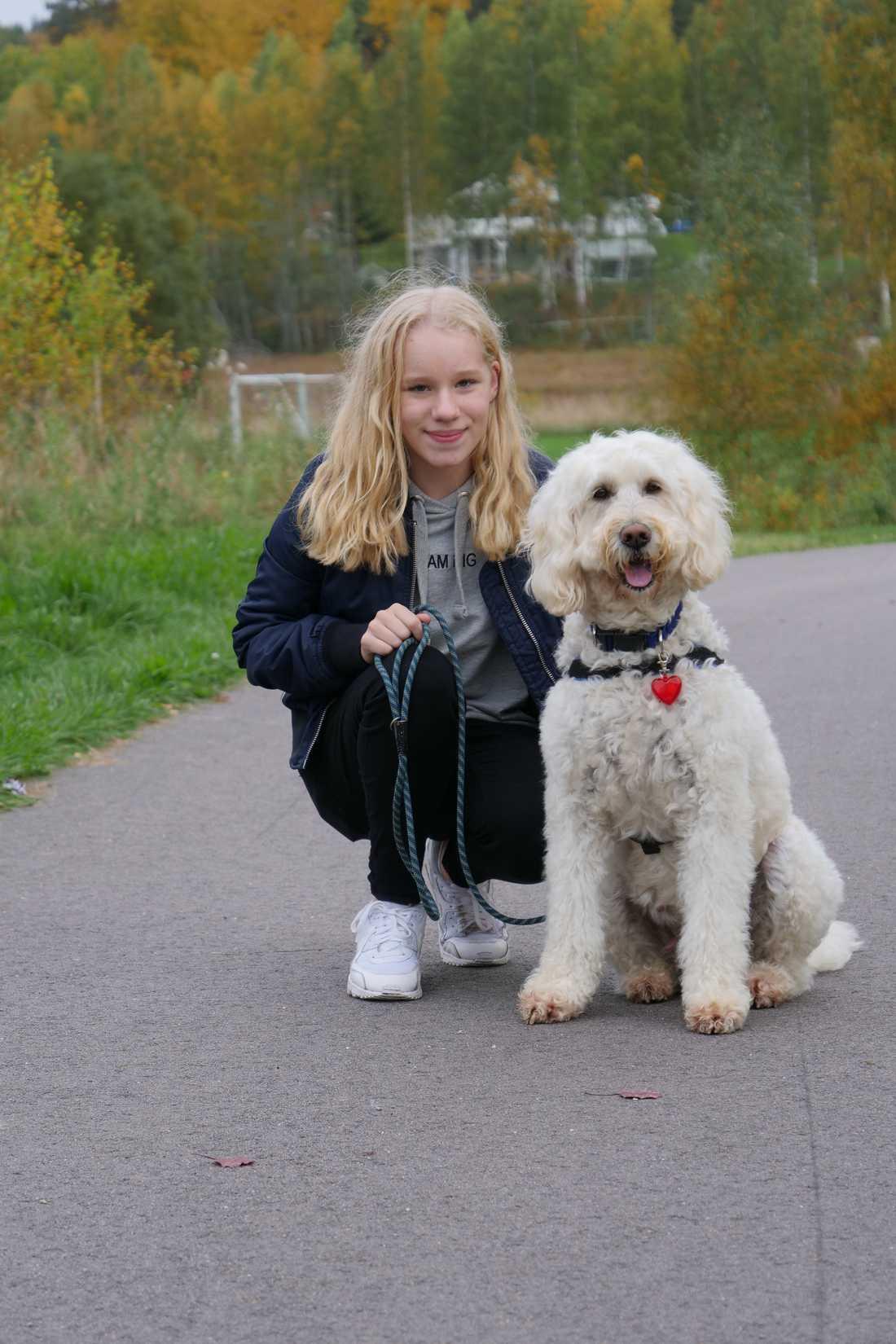 Hunden Livia har hjälpt Elsa, 12, att må bättre när hon haft det som svårast.